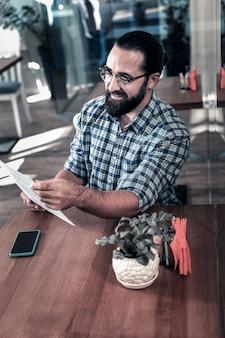 Freelancer dispensado. freelancer de sucesso sentindo-se aliviado por ir almoçar no refeitório durante o intervalo