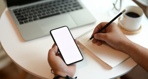 Freelancer, escrevendo suas idéias no caderno