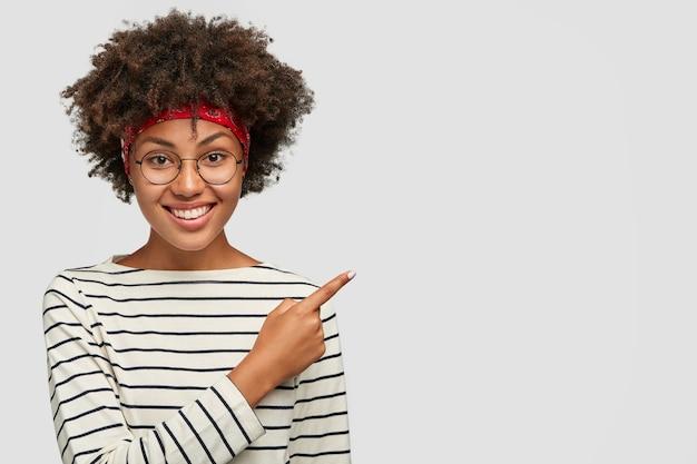 Freelancer feliz e encantado com penteado afro