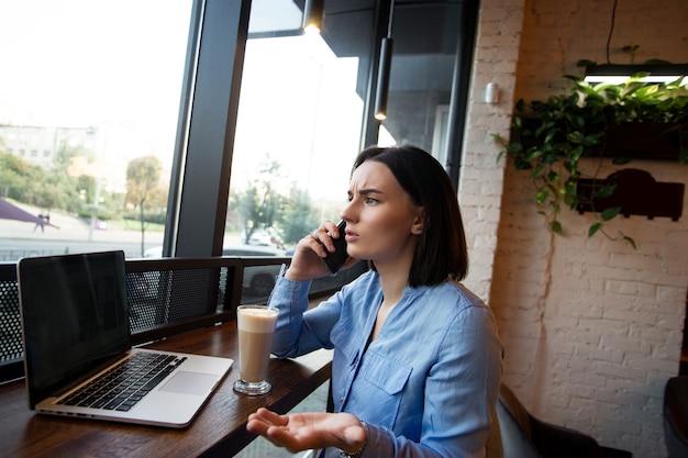 Freelancer feminina a jurar ao telefone