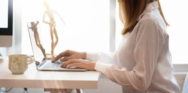 Freelancer feminino jovem, trabalhando no espaço de trabalho confortável