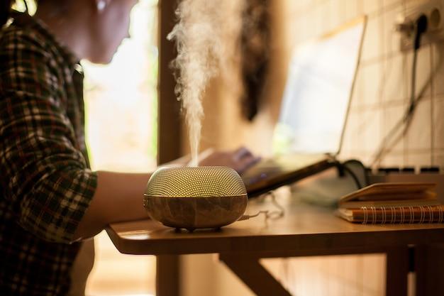 Freelancer feminino trabalhando em casa durante a quarentena covid-19.