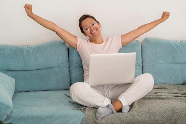 Freelancer gostando de trabalhar em casa