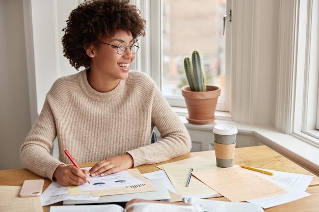 Freelancer inteligente e otimista trabalhando em casa