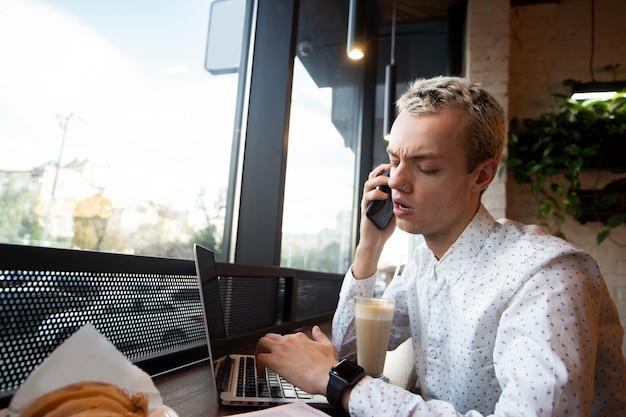 Freelancer masculino jura ao telefone