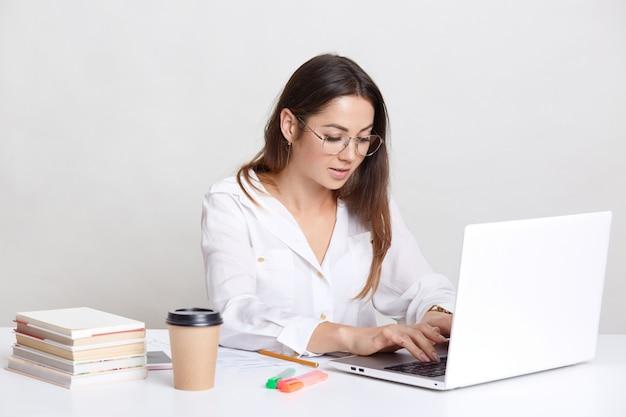Freelancer ocupado recebe e-mail e digita feedback no computador laptop
