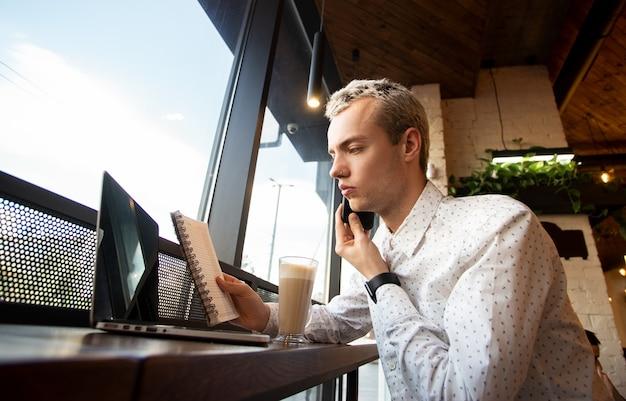 Freelancer se comunica com um cliente por telefone