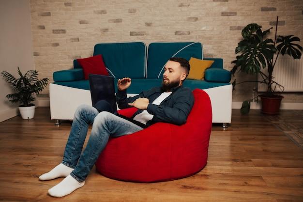 Freelancer sério fala em videochamada no laptop com diversos colegas, trabalhador fala em webconferência.