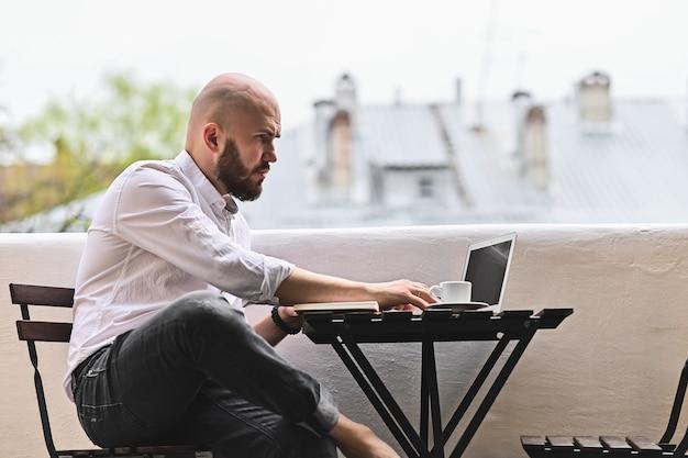 Freelancer trabalha em casa na varanda do computador