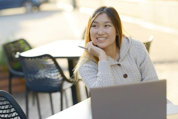 Freelancer trabalhando ao ar livre