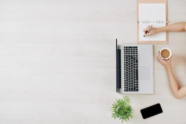 Freelancer trabalhando em laptop