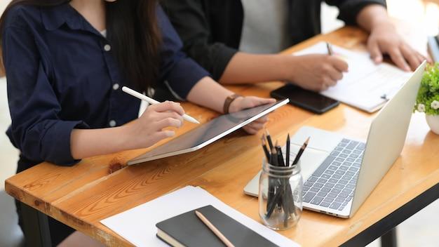 Freelancer trabalhando em tablet digital juntos no café