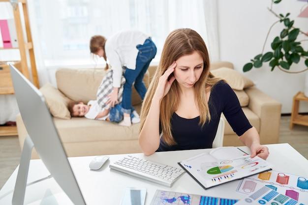Freelancer trabalhando na sala de estar