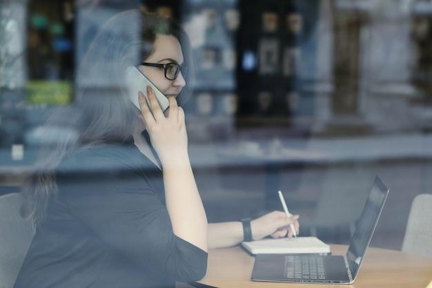 Freelancer trabalhando no laptop