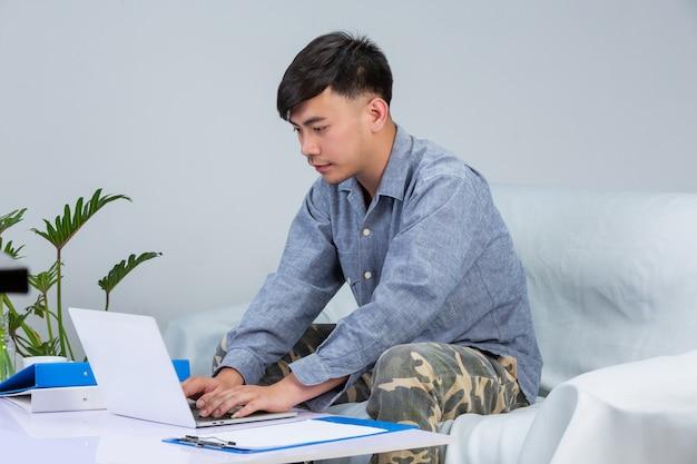 Freelancer, trabalho em casa - teen ager está trabalhando em casa