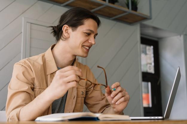 Freelancer usando laptop, trabalhando em casa
