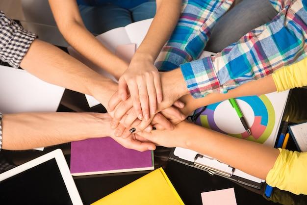 Freelancers mantendo as mãos em cada mão trabalhando em tarefas de negócios