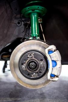 Freio a disco de carro e amortecedor verde