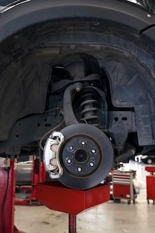 Freio a disco do veículo para reparo. conserto de carro na garagem