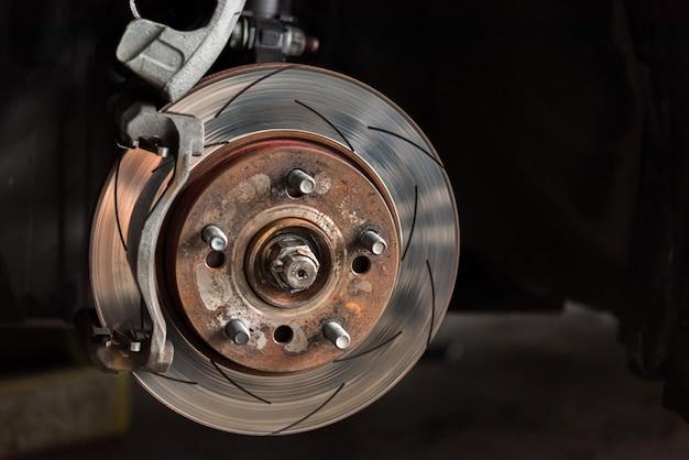 Freio a disco e pastilhas de freio de amianto na garagem do carro