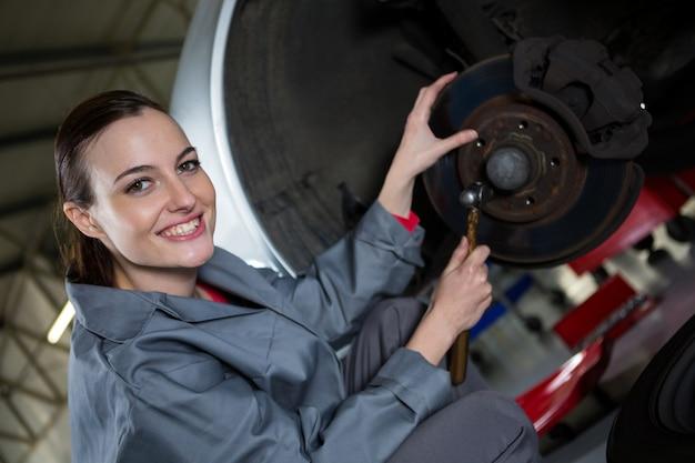 Freio de automóveis da fixação do mecânico feminino