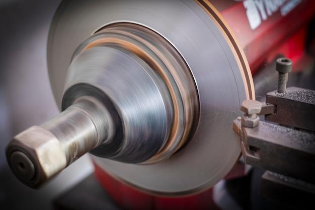 Freio torno ferramenta de polimento de freios a disco de carros trabalhando automáticos