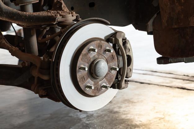 Freios a disco dianteiros em carro removível para troca de pneus
