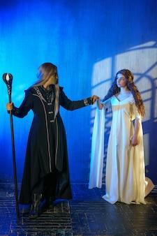Freira e mágico de cosplay, personagens da peça