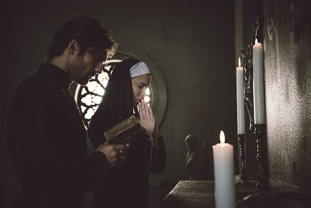 Freira e padre orando e passando tempo no mosteiro