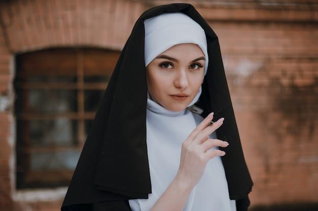 Freira fumando. retrato de uma jovem freira fumante,