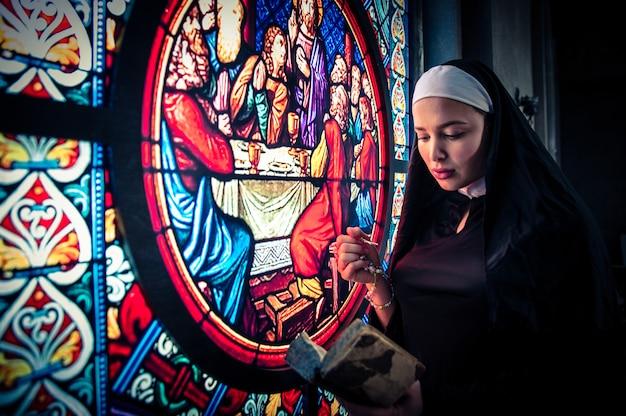 Freira rezando em um mosteiro