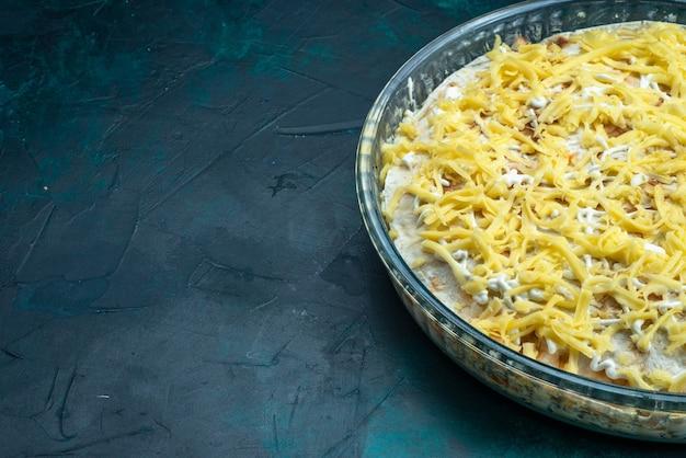 Frente close vista saborosa salada com legumes maionese e queijo em fundo azul escuro.