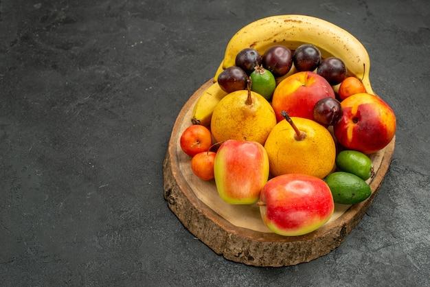 Frente, composição de frutas frutas frescas na cor cinza da mesa madura muitos frescos