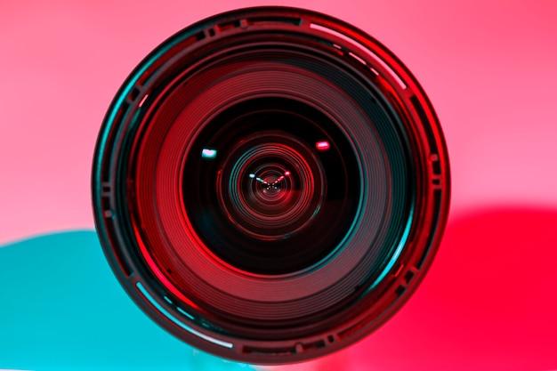 Frente da câmera de lente e cor de tom claro de dois flash.