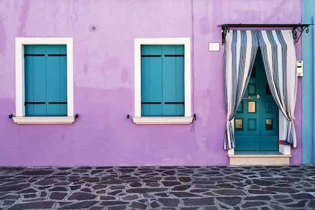 Frente da casa na ilha de burano. itália, veneza