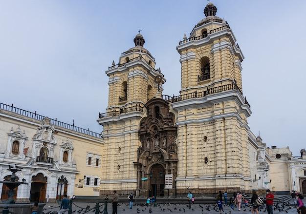 Frente da igreja de são francisco no centro de lima