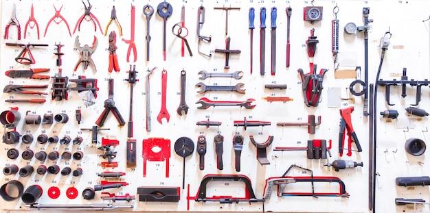 Frente das ferramentas de layout do técnico na placa de madeira branca