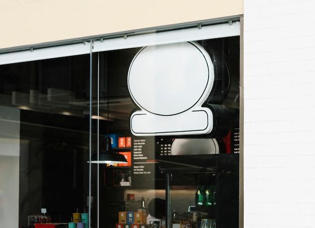 Frente de café com uma maquete de sinal