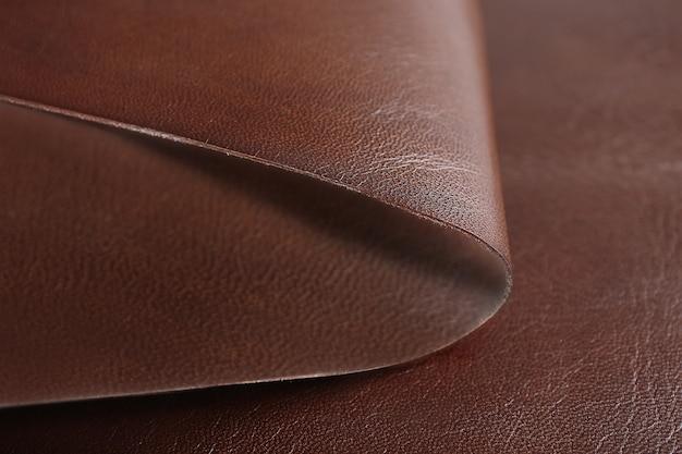 Frente de couro marrom-branco e textura do lado avesso, close-up