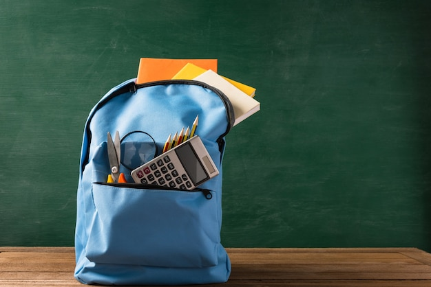 Frente de uma mochila escolar elegante e acessórios de papelaria