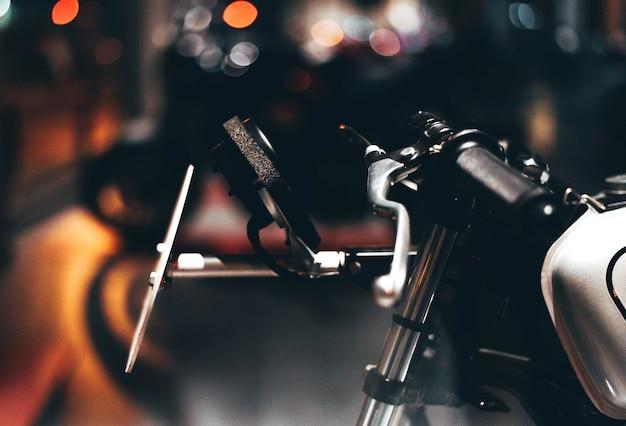 Frente de uma moto com luzes na parte de trás