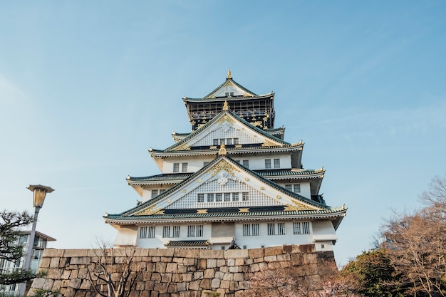 Frente do castelo de osaka, japão e céu azul