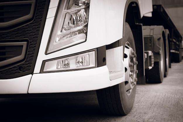 Frente do semi truck, indústria de estacionamento, transporte rodoviário de caminhões de carga