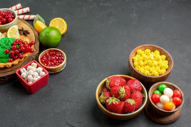 Frente frutas frescas com doces