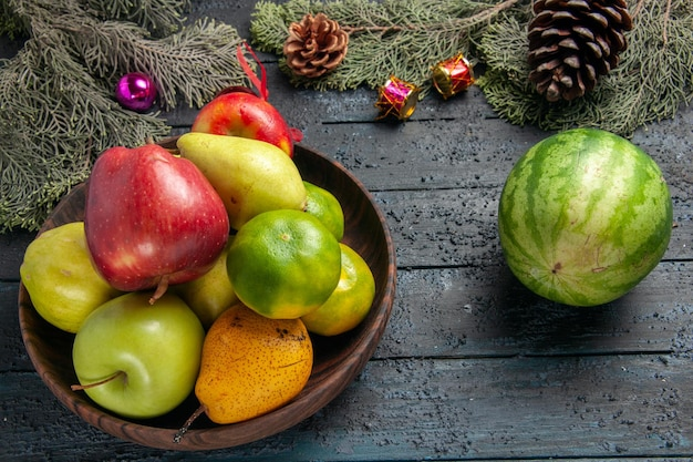 Frente, frutas frescas diferentes dentro do prato na mesa azul-escuro composição de cores de frutas frescas maduras