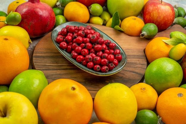 Frente frutas frescas diferentes frutas maduras e maduras em fundo branco dieta foto saborosa baga saúde cor