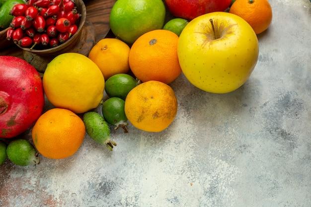 Frente frutas frescas diferentes frutas maduras e maduras no fundo branco baga saborosa saúde cor dieta