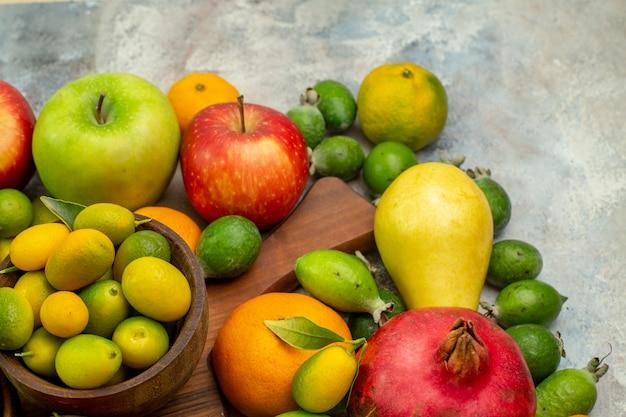 Frente frutas frescas diferentes frutas maduras e maduras no fundo branco baga saúde saborosa cor dieta