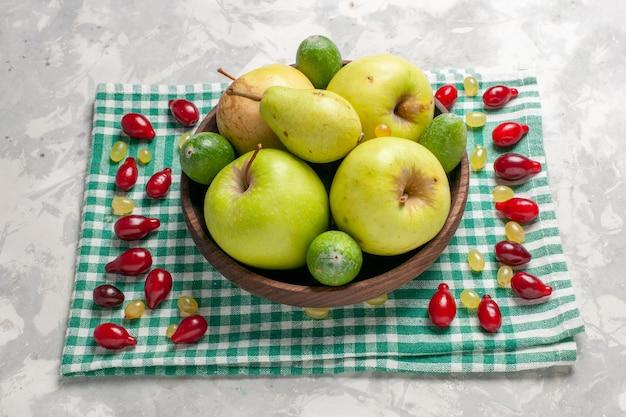 Frente frutas frescas maçãs, peras e feijoa em um espaço em branco