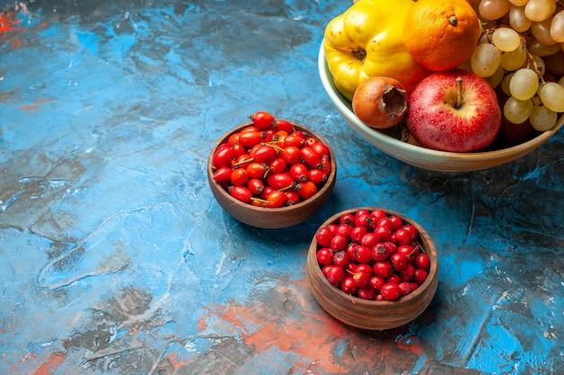 Frente, frutas suaves, maçã e uvas, marmelo, dentro do prato, fundo azul claro, foto vitamina, cor saborosa